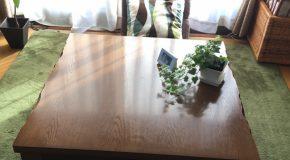 テーブルに向かってありがとうと呟く変なヒト